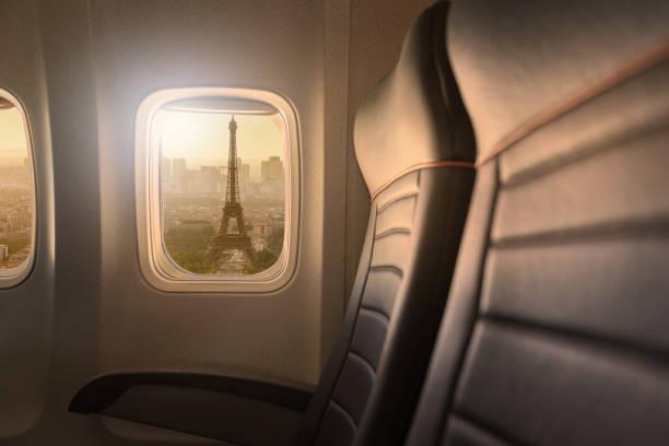 Vue de la Tour Eiffel depuis le hublot d'un avion