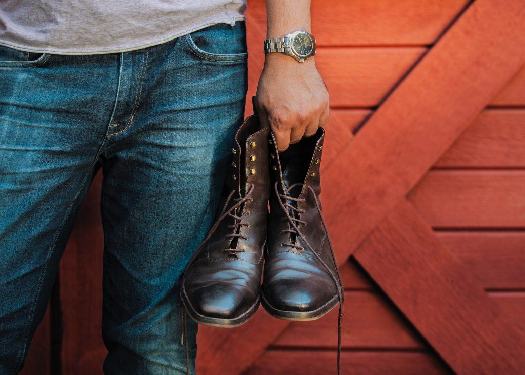 Homme en jean avec boots en cuir