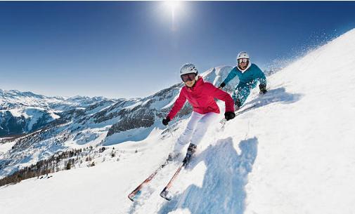 deux skieurs en montagne