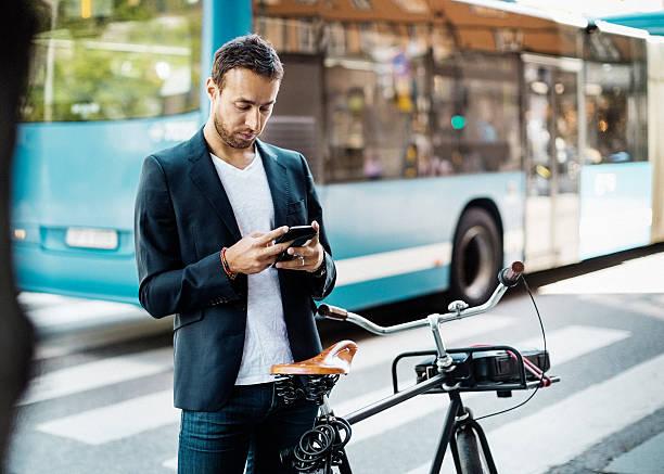Jeune homme qui s'apprête à prendre le vélo ou le bus pour aller au travail