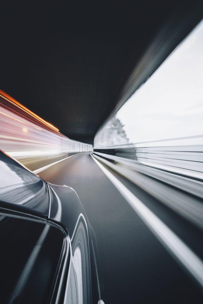 Une voiture à pleine vitesse dans un tunnel
