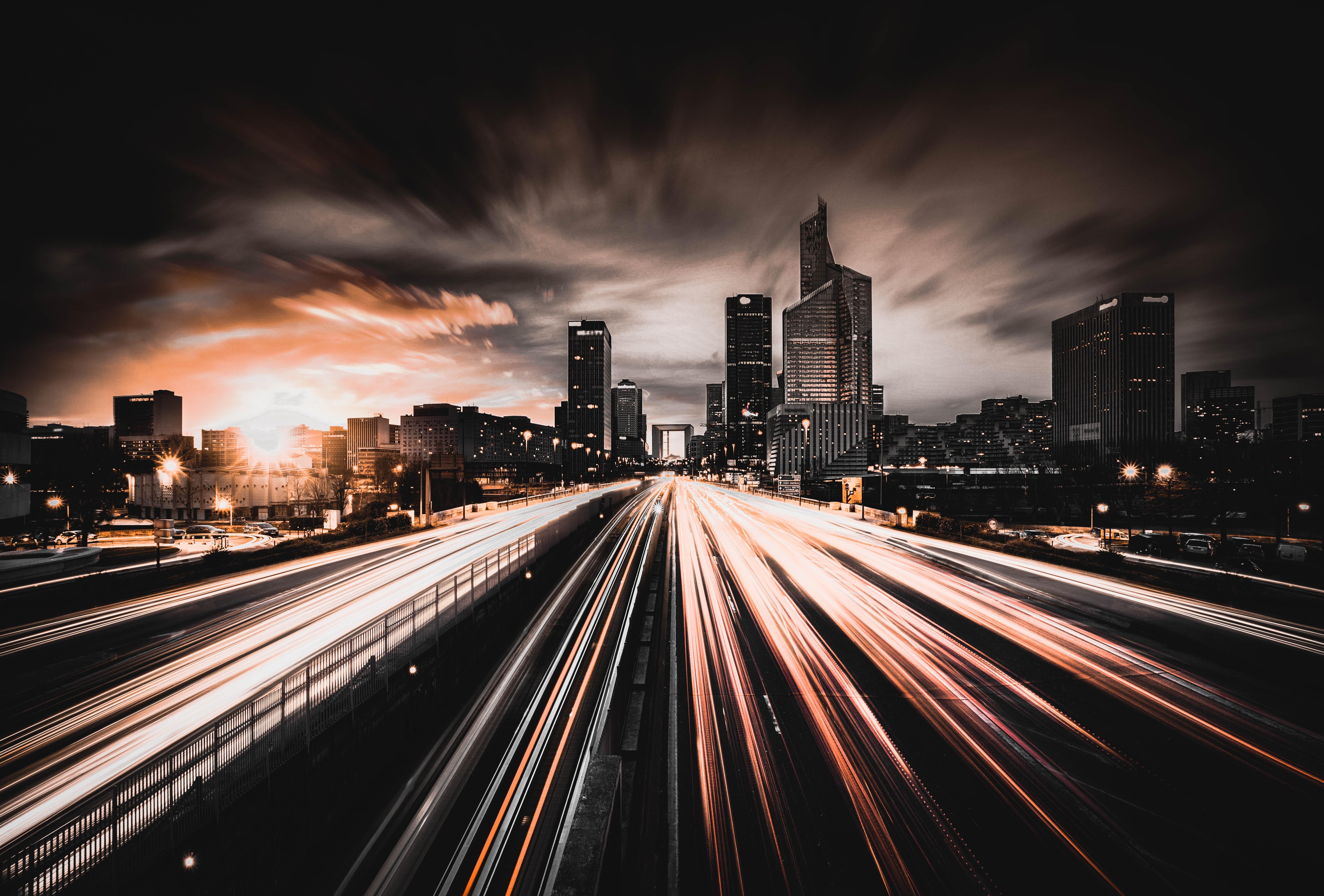 Longue exposition d'une route à la tombée de la nuit