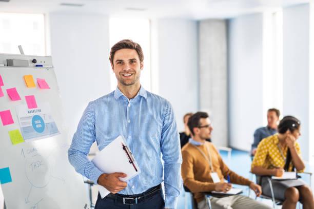 Homme d'affaire dans une salle de réunion, avec un dossier dans les mains