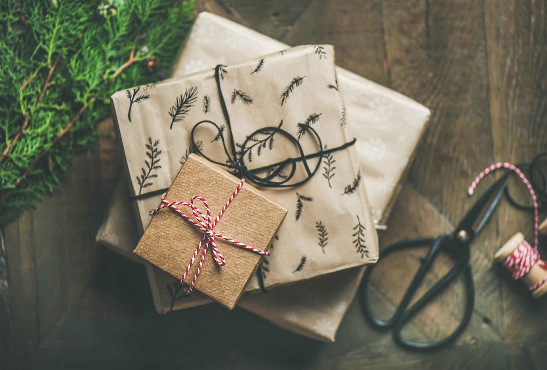 Paquets cadeaux empilés sur une table avec de la ficelle