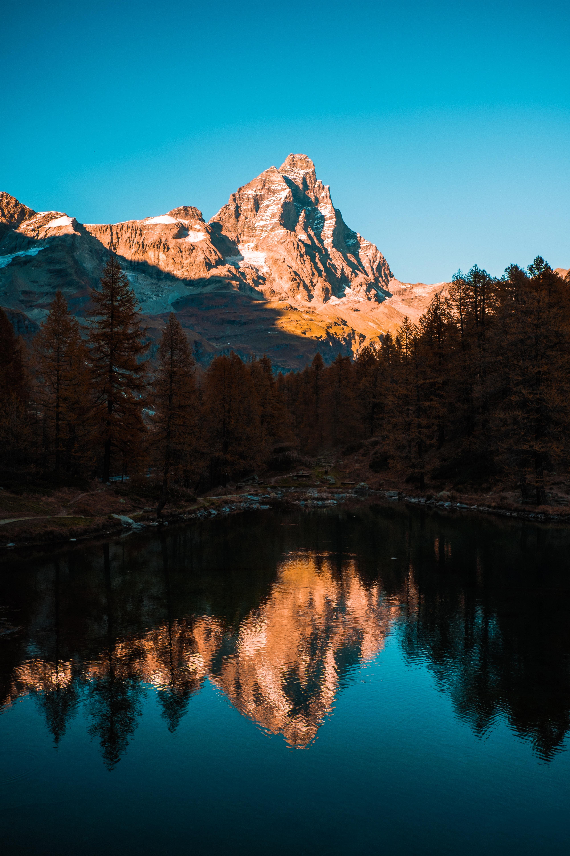 Montagne se reflétant dans l'eau d'un lac