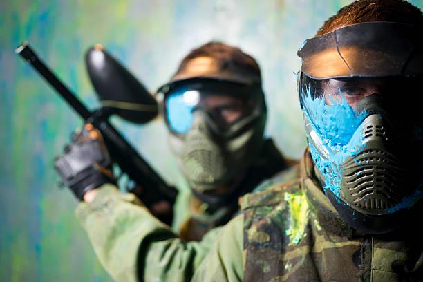 Gros plan sur deux hommes masqués lors d'une partie de paintball