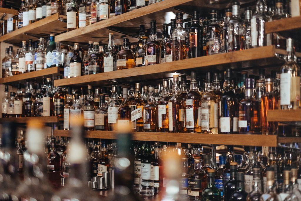 Bouteilles de whisky dans un bar