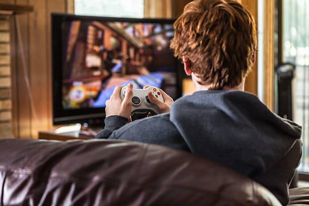 Homme en train de jouer à un jeu vidéo dans son sous-sol