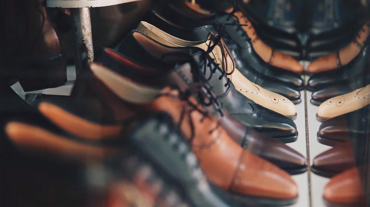 paires de chaussures homme en cuir marron et noir