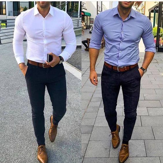 2 hommes portant une chemise un pantalon chino et des richelieu a gauche chemise blanche chino bleu et richelieu marron a droite chemise bleu clair chino bleu foncé et richelieu marron