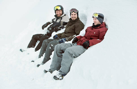 3 hommes assis dans la neige en tenue de ski