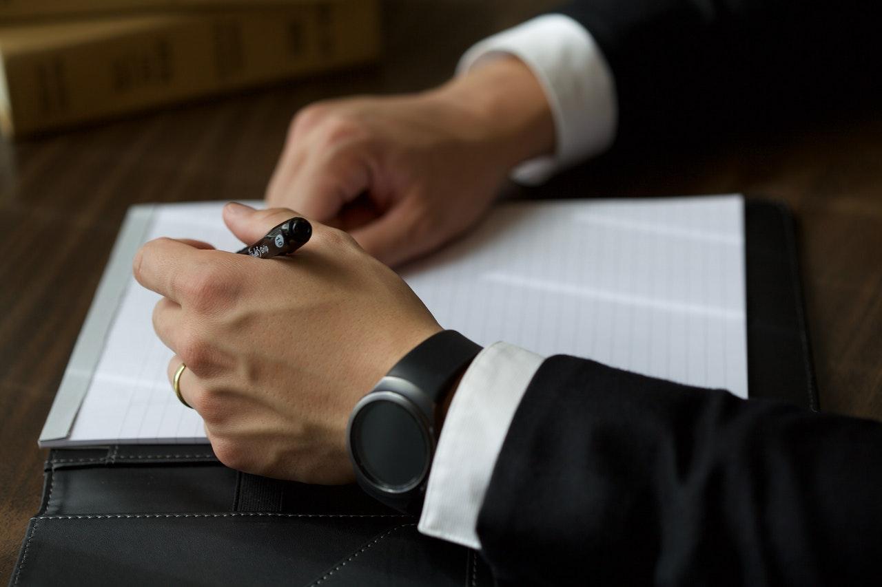 homme en costume qui porte une montre connectée