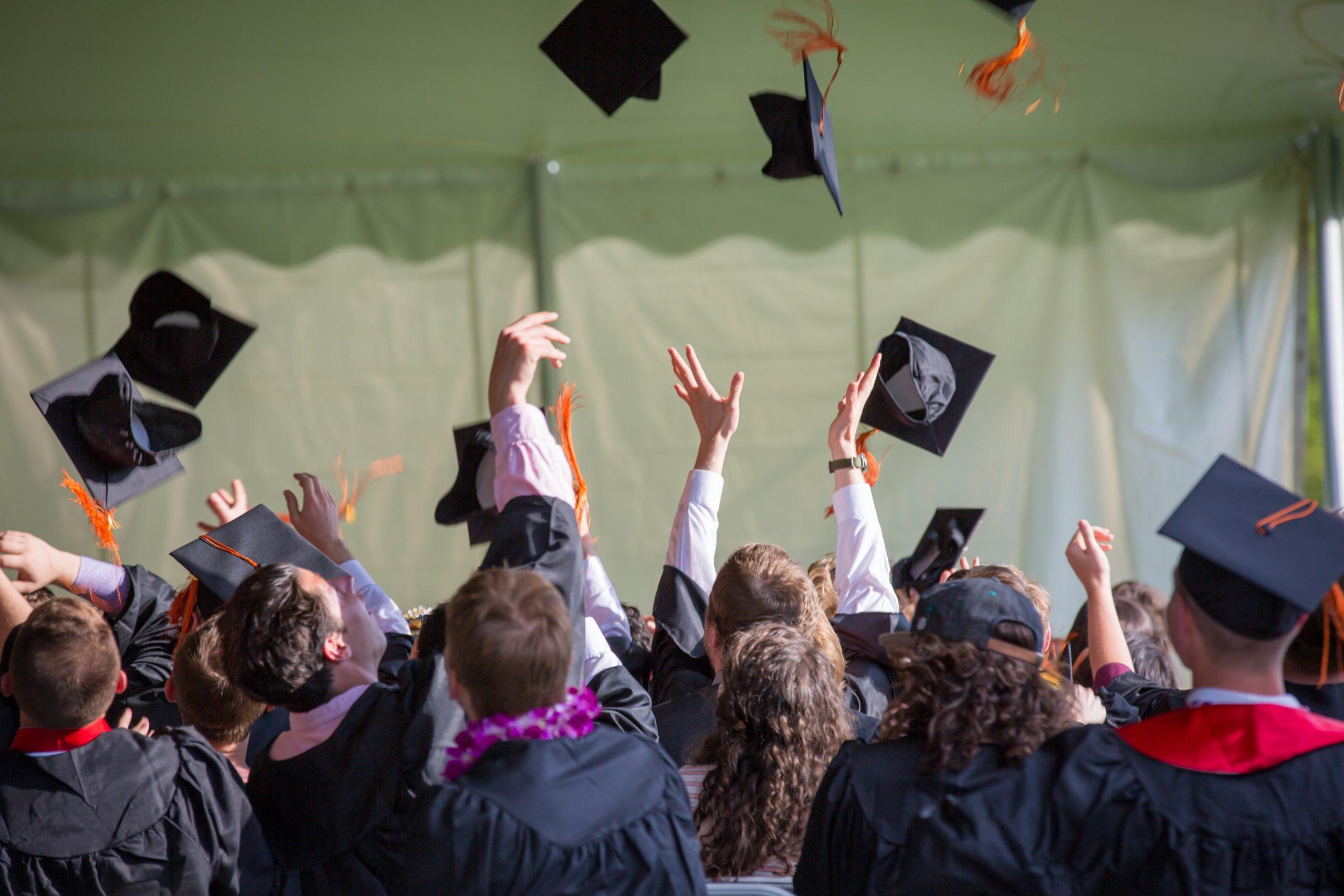 Jeunes bacheliers qui viennent de recevoir leur diplôme