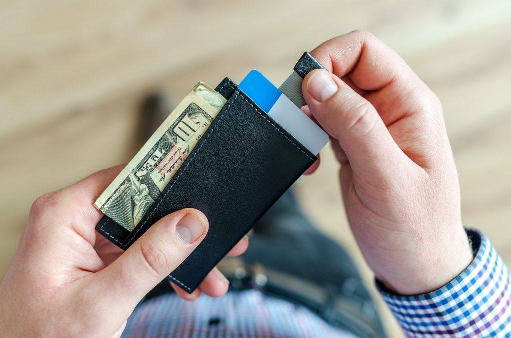 personne qui tient un portefeuille